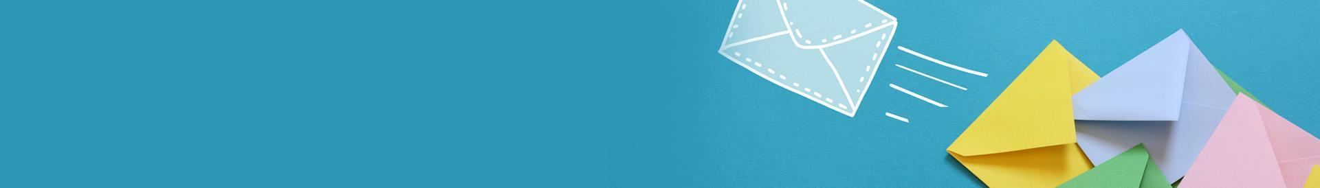 kolorowe koperty na niebieskim tle