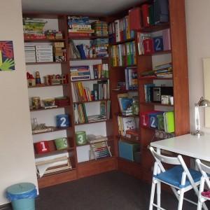 półki z artykułami do edukacji